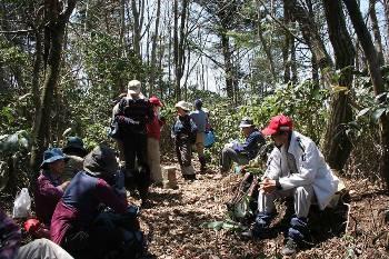雀谷山の頂で昼食