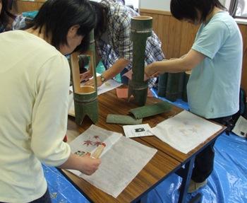 徳地和紙に落ち葉など自然の素材を貼る