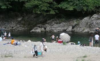 水辺で遊ぶ子供たち