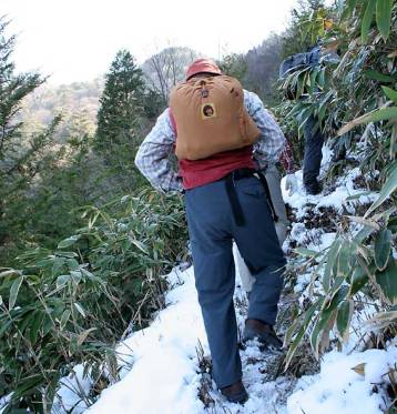 雪の残る登山道を進む