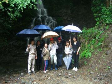 天神の滝の前で記念撮影