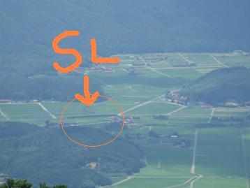 十種ヶ峰の麓の線路を走るSLやまぐち号