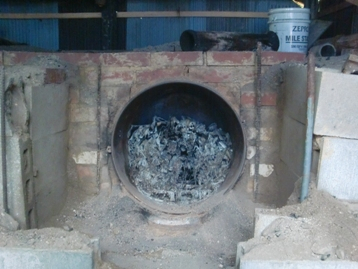 炭焼き窯から竹炭を取り出す体験