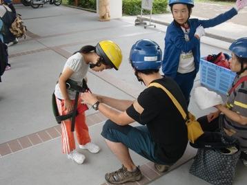 体験の前に、ヘルメットとサドルを身につける