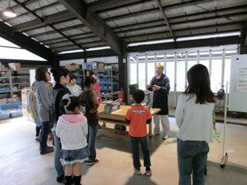 講師の重田さんより、糸のこ盤の使い方や注意点の説明