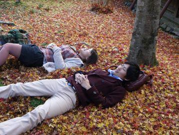 積もった落ち葉の上に寝ころぶ