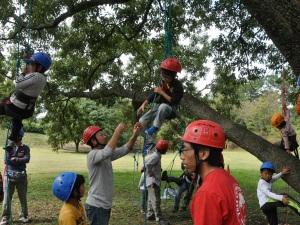 130929親御さんに見守られながら木登りに挑戦しました