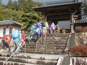 昌福寺の脇から続く登山道を行きました