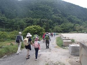 雀谷山の麓から歩き始めました