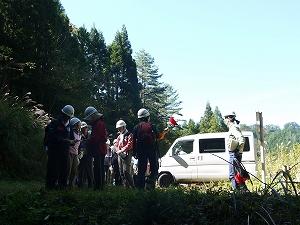 滅多に入れない作業道を行くので、ヘルメットを被って出発しました